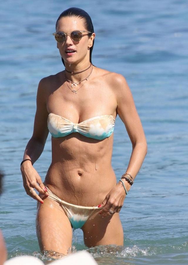 Alessandra hiện vẫn trình diễn và chụp ảnh thời trang cho các nhãn hiệu. Tuy nhiên, người đẹp 36 tuổi cũng hiểu rằng, công việc của cô bị giới hạn bởi tuổi tác nên hiện tại, cô cũng chuyển hướng kinh doanh thời trang.
