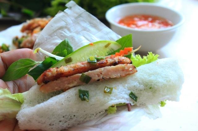 Thực khách có thể lựa chọn bánh hỏi nem nướng để ăn chắc bụng hoặc là món ăn nhâm nhi cùng bạn bè.