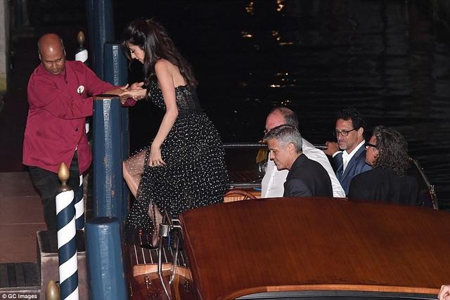 Vợ chồng George và Amal Clooney lọt vào ống kính của giới săn tin khi đi dạo trên du thuyền tại Venice, tối 31/8.