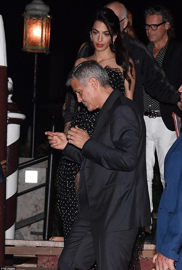 """Vợ George Clooney lấy lại dáng thon """"đáng kinh ngạc"""" sau khi sinh con 2 tháng - 12"""