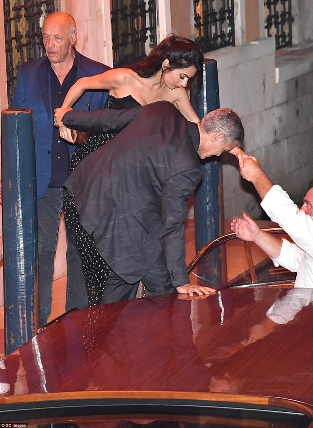 """Vợ George Clooney lấy lại dáng thon """"đáng kinh ngạc"""" sau khi sinh con 2 tháng - 16"""