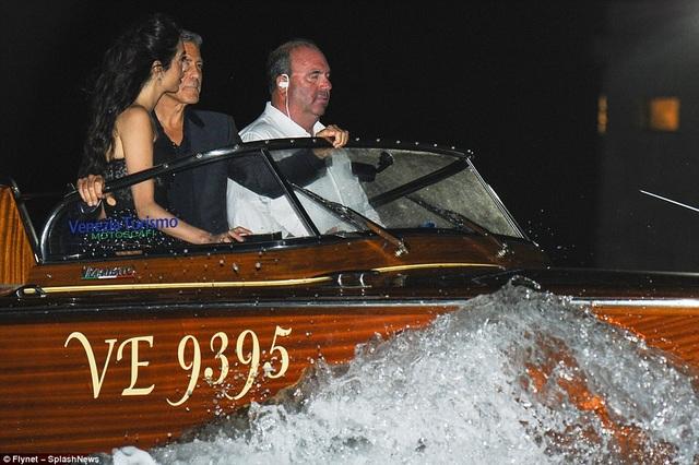 George rất chiều vợ khi thuê một chiếc thuyền hạng sang để đưa cô đi tham quan.