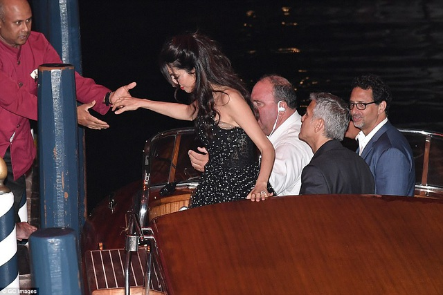 """Vợ George Clooney lấy lại dáng thon """"đáng kinh ngạc"""" sau khi sinh con 2 tháng - 7"""