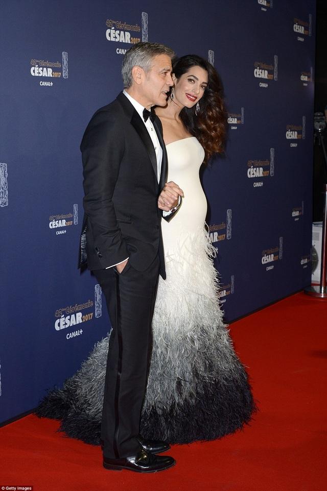 Nữ luật sư Amal Clooney diện váy hàng chục nghìn đô la của Versace và khoe bụng bầu lùm lùm