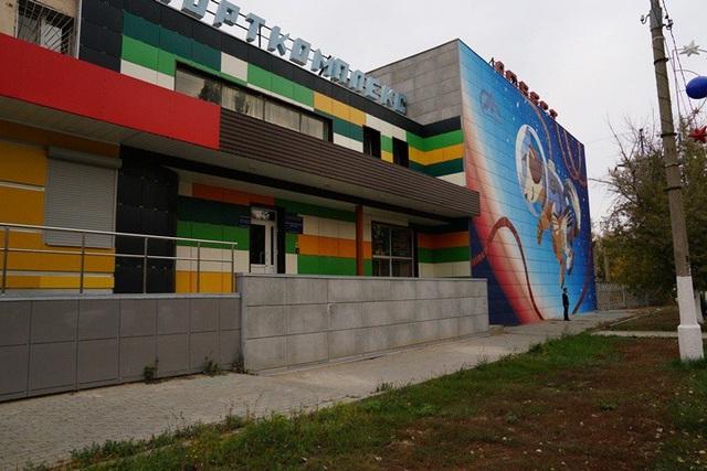Các tòa nhà ở Yasniy có rất nhiều màu sắc