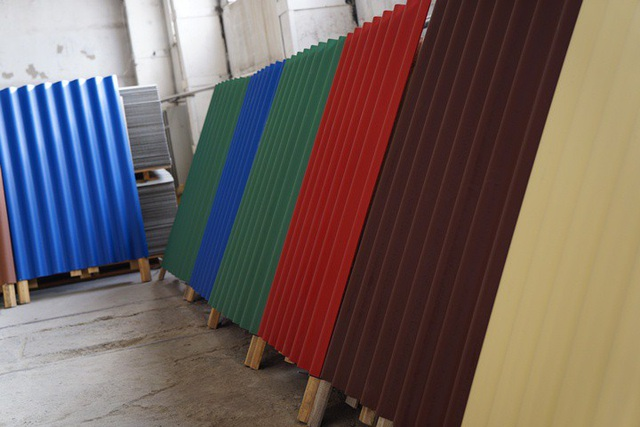 Các tấm lợp và tấm phẳng được sản xuất với nhiều màu sắc đa dạng