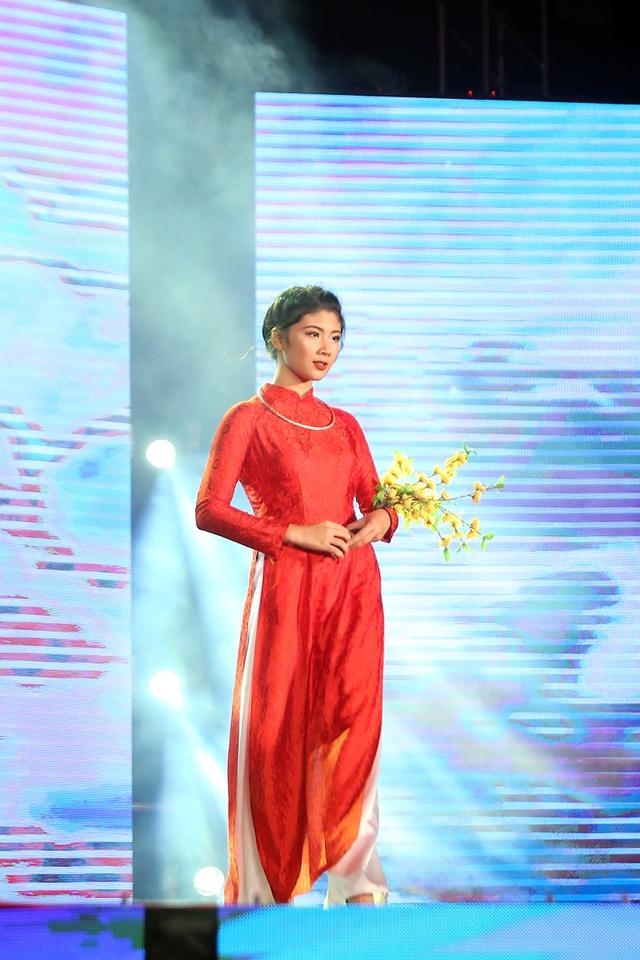 """Quỳnh Trang duyên dáng như """"nàng xuân"""" khi trình diễn trang phục áo dài"""