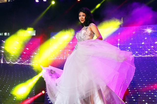 Hóa thân thành nàng công chúa lộng lẫy và quyền lực khi trình diễn trang phục dạ hội