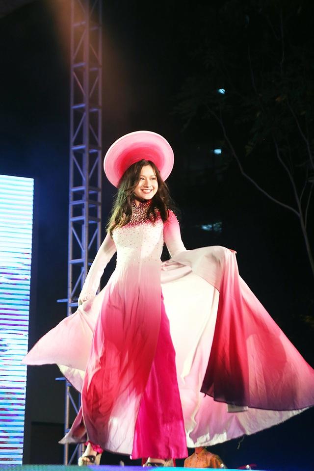 Đại sứ học vấn Lê Minh Anh tự tin sải bước trình diễn trang phục truyền thống