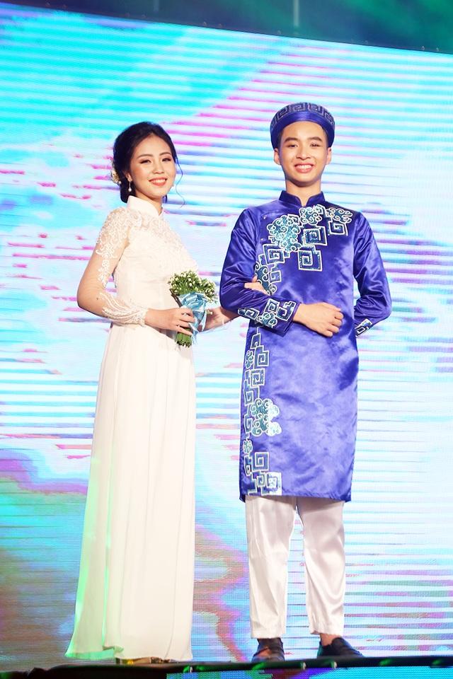 Các cặp đôi trình diễn trang phục truyền thống được lựa chọn theo chủ đề khác nhau