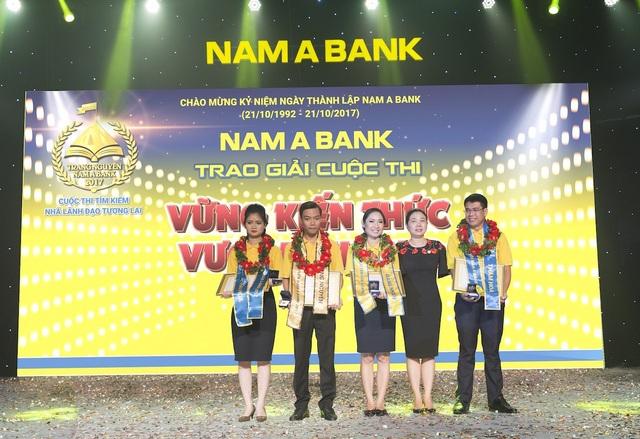 Bà Võ Thị Tuyết Nga – Thành viên Hội đồng Quản trị kiêm Phó Tổng Giám đốc trao giải cho Top 4 thí sinh xuất sắc nhất.
