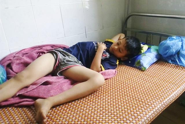 Có 3 trẻ em cũng bị ngộ độc nặng phải nhập viện cấp cứu