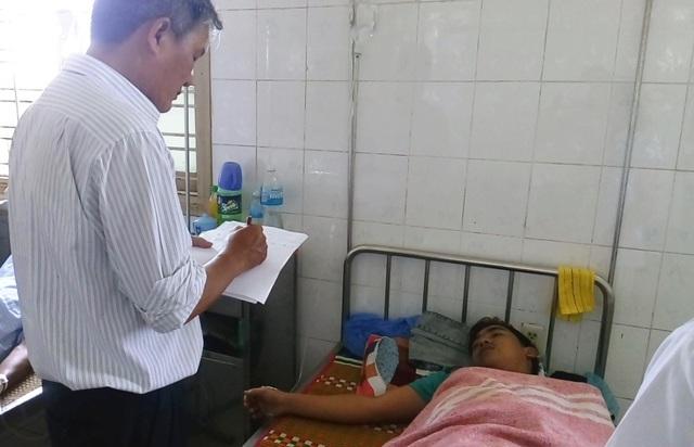 Cán bộ Sở Y tế lấy lời khai của bệnh nhân bị ngộ độc thức ăn