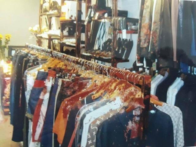 Cửa hàng quần áo của anh T trên phố Hàng Gà bị hắt chất bẩn