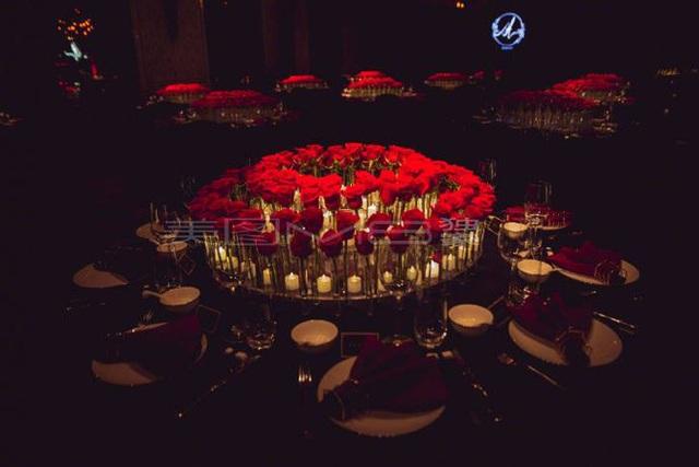 ...bàn tiệc đều mang gam màu đỏ và được trang trí tinh tế.
