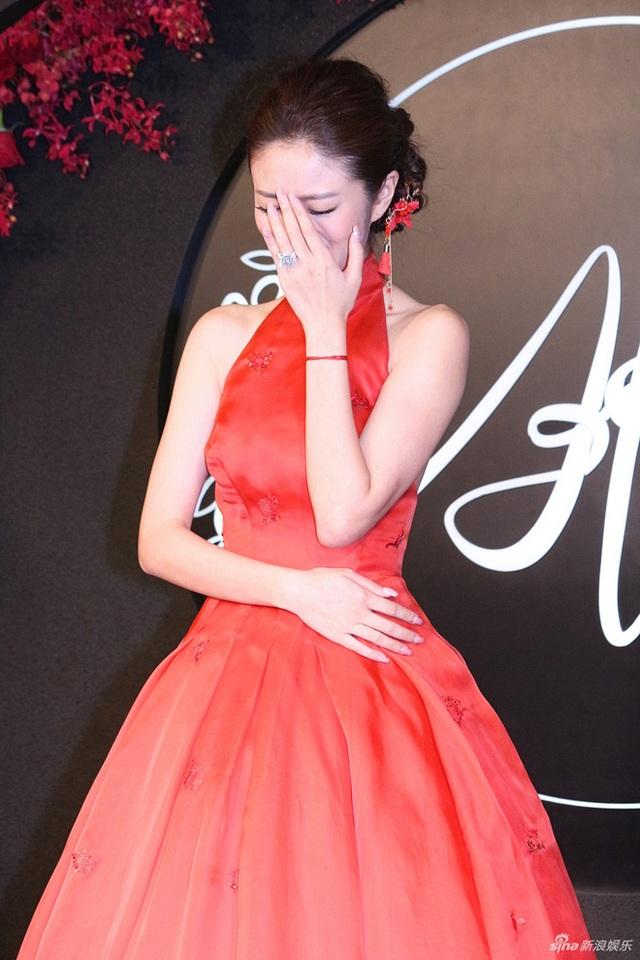 Nữ diễn viên nổi tiếng xứ Đài nghẹn ngào khi nhận lời chúc phúc của đồng nghiệp và bạn bè.