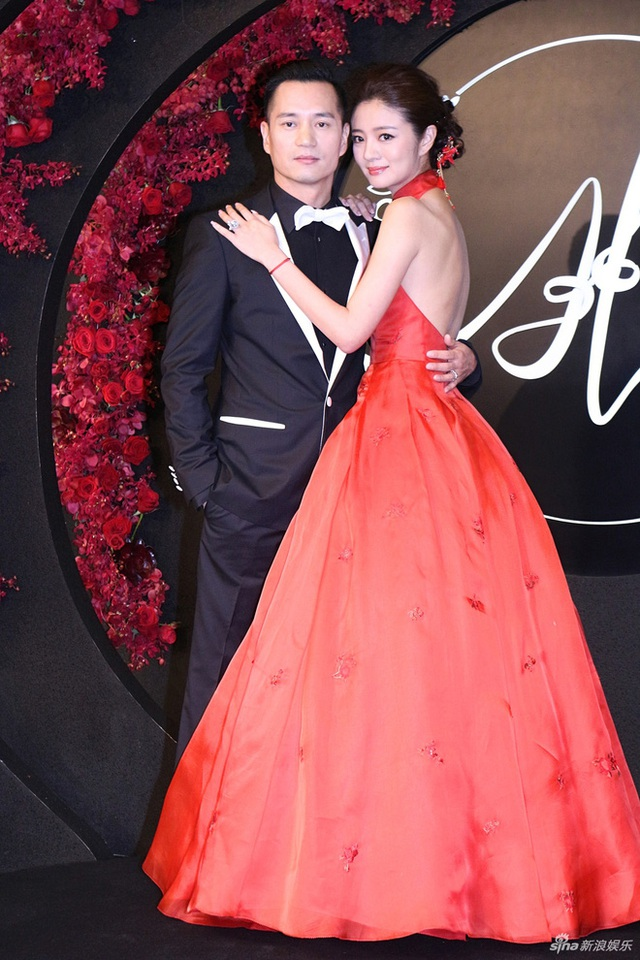 Vợ chồng An Dĩ Hiên - Trần Vinh Luyện đăng ký kết hôn vào tháng 4 vừa rồi. Cả hai được khen đẹp đôi.