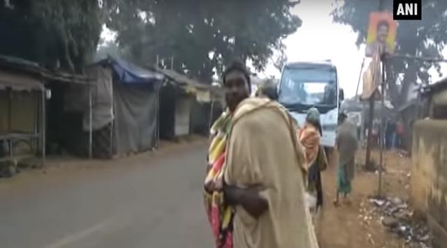 Người cha vác thi thể con đi bộ hơn 10km từ viện về nhà. (Ảnh: RT)