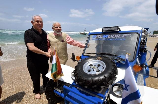 Thủ tướng Ấn Độ và Israel đứng cạnh xe lọc nước biển di động của Isarel tại bờ biển Olga (Ảnh: Vox)