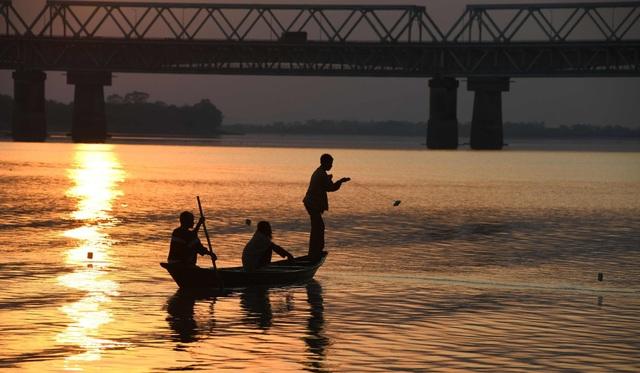 Ngư dân Ấn Độ đánh bắt thủy sản trên sông Brahmaputra (Ảnh: AFP)