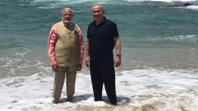 Thủ tướng Ấn Độ Narendra Modi (trái) và Thủ tướng Israel Benjamin Netanyahu trò chuyện tại bờ biển Olga (Ảnh: Twitter)
