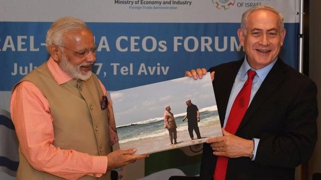 Thủ tướng Netanyahu tặng ảnh cho người đồng cấp Ấn Độ (Ảnh: TimesofIsrael)