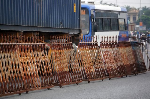 Hàng rào sắt được dựng tại QL10.