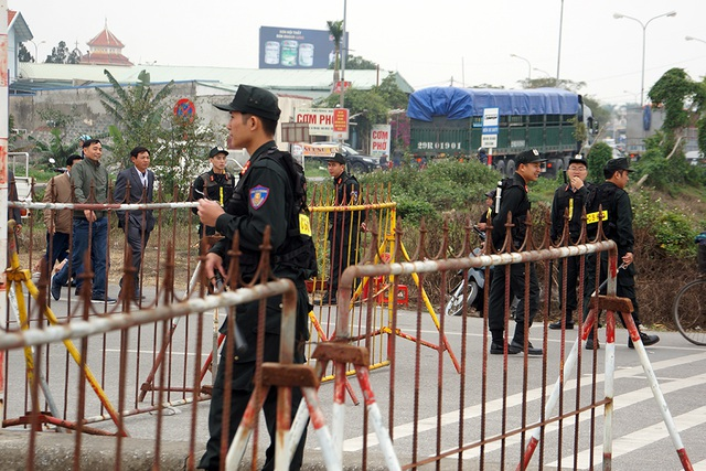 Lực lượng CSCĐ liên tục đi rà soát, yêu cầu những người lái xe ôm đi ra khỏi khu vực trước cửa đền Thiên Trường và Chùa Tháp.