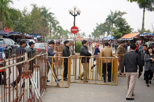 Lối vào đền Thiên Trường được bao bọc cẩn trọng.