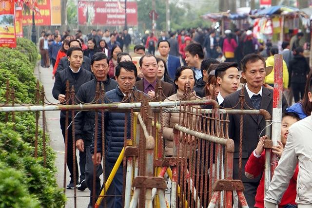 Du khách vào đền Thiên Trường phải đi đúng theo hàng rào sắt đã xếp sẵn.