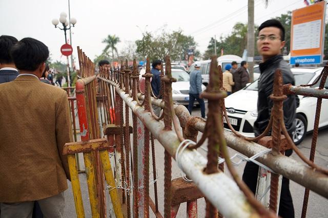 Hàng rào sắt được buộc bằng dây thép đảm bảo độ chắc chắn.