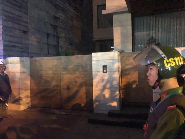 An ninh được thắt chặt trước cửa nhà đại gia Vũ nhôm khi người dân kéo tới càng lúc càng đông