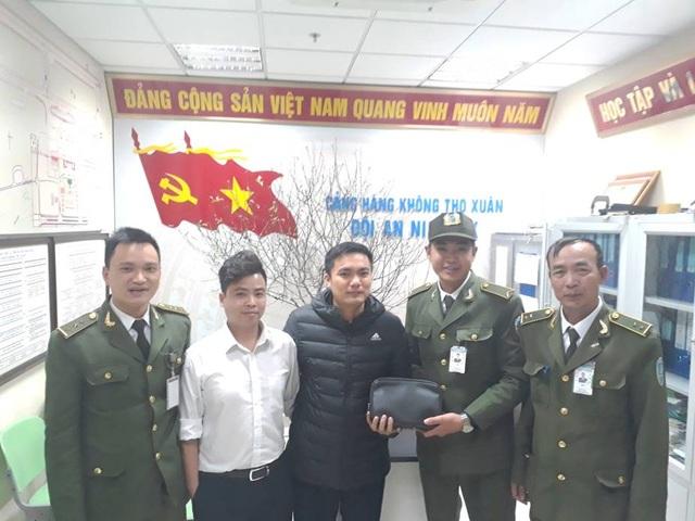 An ninh sân bay Cảng Hàng không Thọ Xuân trao trả tài sản cho hành khách bỏ quên