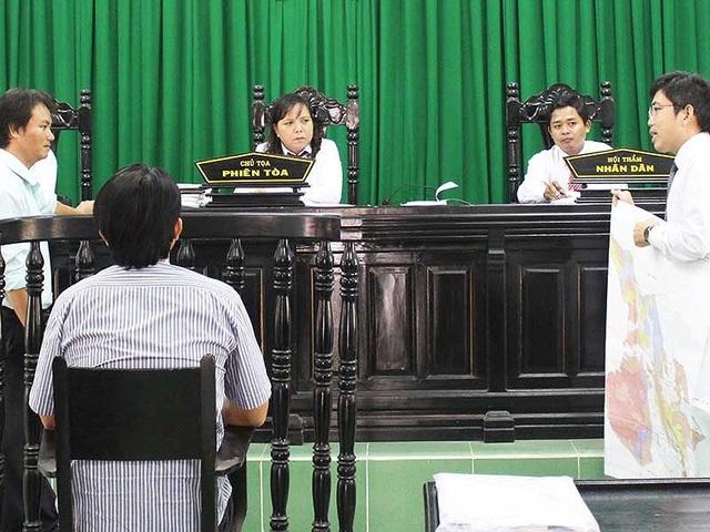 an oanLuật sư bào chữa cho ông Nguyễn Thái Đắc phân tích bản đồ, một trong những căn cứ buộc tội luật sư cho là không có giá trị pháp lý. Ảnh: TẤN LỘC