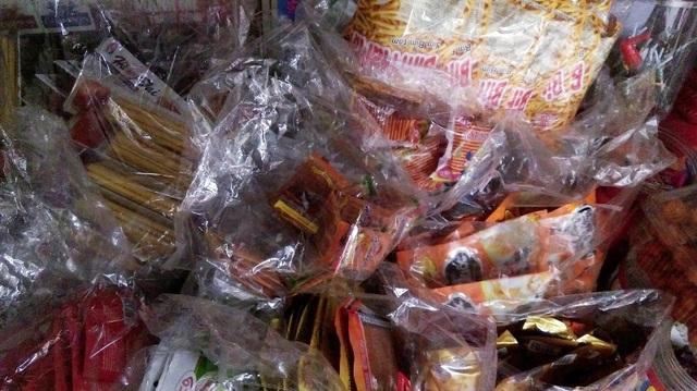 Đồ ăn vặt được bày bán la liệt với nhiều loại khác nhau quanh khu vực cổng trường học.