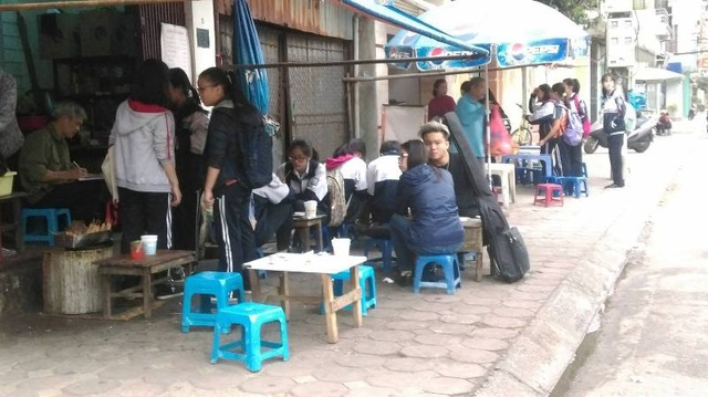 Cứ đến giờ tan học, các hàng quán trước cổng trường lại tấp nập học sinh ra vào.