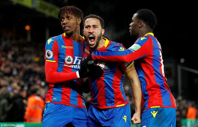 Andros Townsend (giữa) ăn mừng cùng đồng đội sau khi ghi bàn vào lưới Arsenal