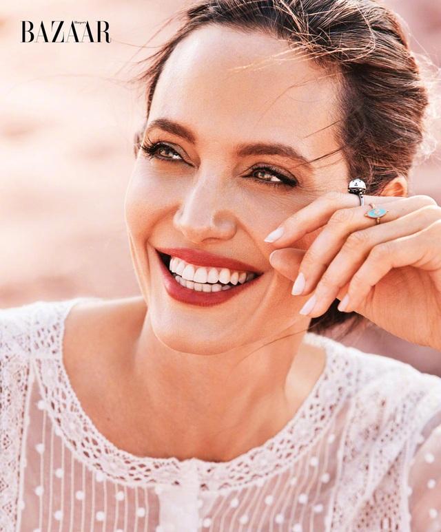 Thông điệp mà Angelina Jolie muốn gửi gắm trong loạt ảnh thực hiện tại Namibia là nhắn nhủ mọi người quan tâm tới việc bảo vệ môi trường sống và ý thức về sự dần biết mất của những loài động vật quý hiếm.