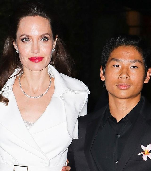 Sau khi quyết định rời xa Brad Pitt, Angelina Jolie bị liệt cơ mặt và phải tiến hành châm cứu để cứu lấy bản thân. Sức khỏe của cô không tốt nhưng chính các con và công việc đã giúp cô vượt qua được giai đoạn khó khăn đây. Tháng 9 vừa rồi, Angelina Jolie đưa hai con trai nuôi là Pax Thiên và Maddox tham dự sự kiện của mình. Ngôi sao 42 tuổi vẫn luôn đẹp xuất sắc trong ống kính của giới săn tin dù cô gầy gò hay kiệt quệ vì bệnh tật.