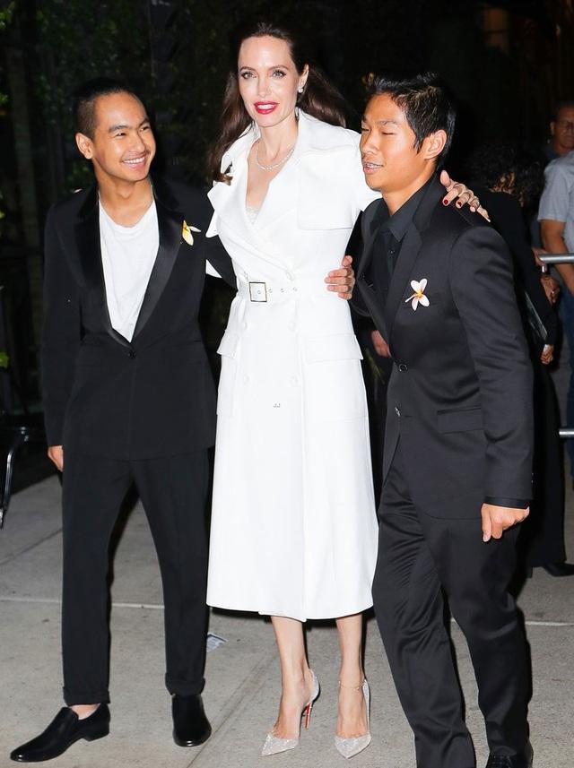 Bạn bè của Angelina Jolie khẳng định, cô không có ý định quay lại với Brad Pitt nhưng cô chấp nhận trò chuyện với anh nhiều hơn vì muốn mang lại sự bình yên cho các con. Cặp đôi có 3 con nuôi và 3 con ruột với nhau.