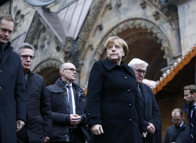 Tương lai chính trị bấp bênh của Thủ tướng Đức Angela Merkel: Việc Thủ tướng Merkel ủng hộ làn sóng nhập cư vào Đức đang đặt ra những thách thức đối với hy vọng tái cử của bà trong cuộc bầu cử tại Đức vào cuối năm nay. Sau vụ tấn công nhằm vào khu chợ Giáng sinh ở Berlin hồi tháng 12 năm ngoái, Thủ tướng Merkel đang phải đối mặt với sức ép từ việc phải có những biện pháp mạnh tay hơn trong vấn đề an ninh và nhập cư.