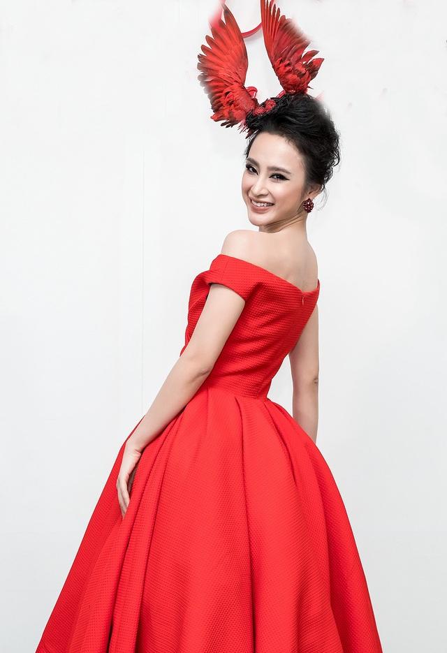 Diễn viên Angela Phương Trinh gây ấn tượng mạnh khi kết hợp chiếc mũ tổ chim cùng váy xòe màu đỏ rực.
