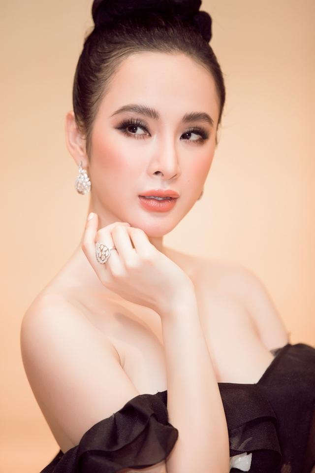 Cận cảnh bộ phụ kiện được Angela Phương Trinh kết hợp với kiểu make-up hair nhẹ nhàng, cùng bộ trang phục xẻ vai khoe những nét đẹp cuốn hút.