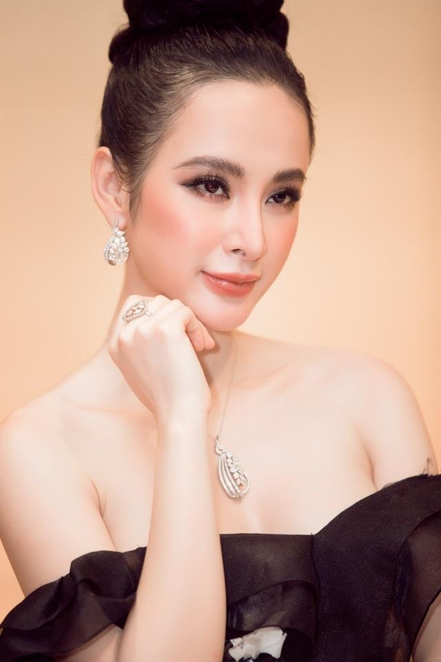 Xuất hiện tại Hà Nội, nữ hoàng thảm đỏ Angela Phương Trinh diện hẳn bộ trang sức hơn 2,5 tỷ đồng chứng tỏ độ sang trọng, đẳng cấp của một ngôi sao.