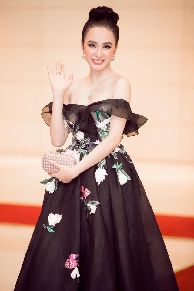 Được khán giả đánh giá cao bởi khả năng diễn xuất cùng vũ đạo trẻ trung, tất cả những điểm mới mẻ này đã khiến cái tên Angela Phương Trinh ghi dấu ấn nhiều hơn trong năm 2017.