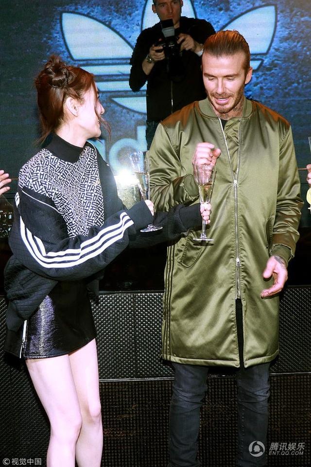 Angelababy gặp gỡ và trò chuyện với David Beckham tại một sự kiện diễn ra vào tối qua 4/12 ở Thượng Hải, Trung Quốc.