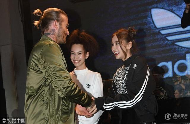 Angelababy là một ngôi sao nổi tiếng tại châu Á còn David Beckham là một ngôi sao quốc tế. So về tuổi đời, Angelababy kém David Beckham gần 20 tuổi. Được gặp trực tiếp thần tượng, Angelababy không giấu được cảm xúc.