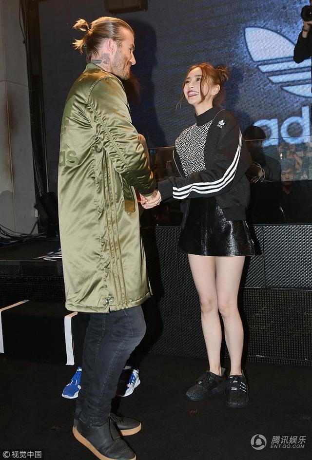 Angelababy phấn khích khi được gặp và nắm tay David Beckham - 6