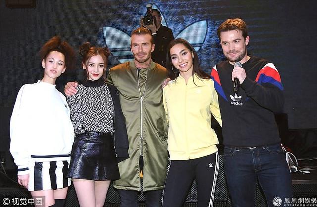 David Beckham chụp hình chung với các người mẫu có mặt tại sự kiện tối qua 4/12.