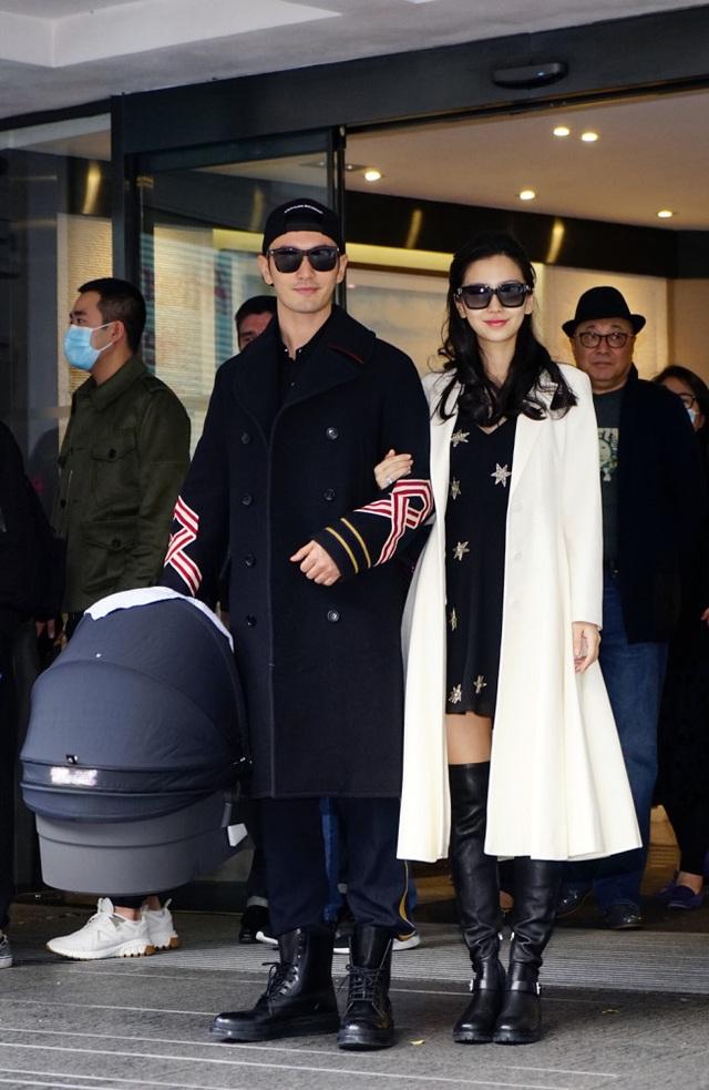 Nữ diễn viên xinh đẹp sính con vào ngày 17/1/2017 tại một bệnh viện ở Hồng Kông.